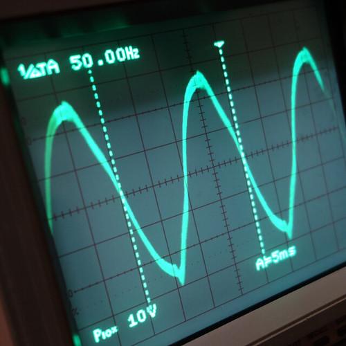 Oscilloscope_New Network Switch Off_Subwoofer On_F50_Pin5_1 オシロスコープの画面を撮影した写真。ノイズ波形が表示されている。