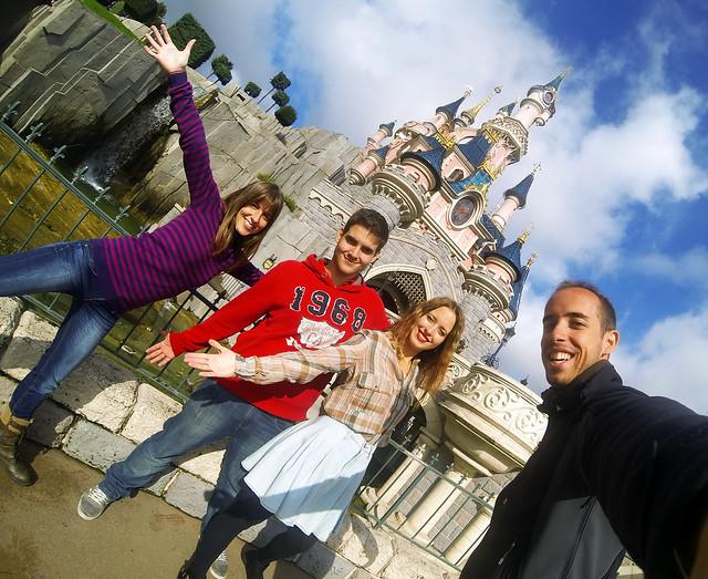 Frente al Castillo de Disneyland durante nuestro viaje a París