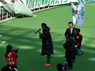 杉本選手がゴール裏に挨拶。上位対決の「春の修羅場5連戦」は厳しい戦いになりますが、チームの結束力で乗り切ってくれることでしょう。次の京都戦も期待しています。