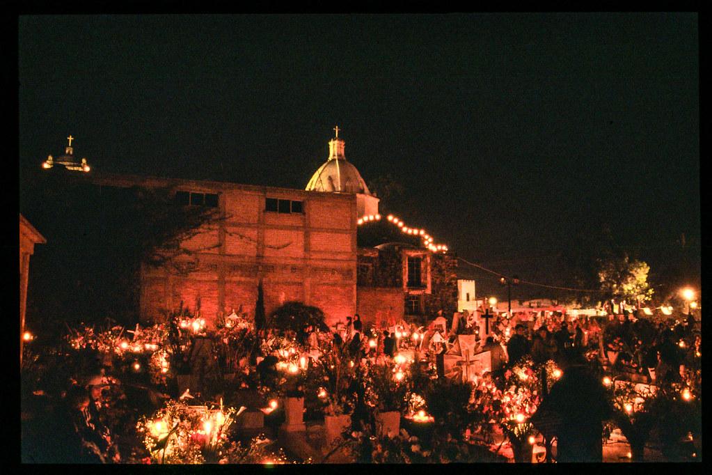 Fete des morts à Mexico - Le cimetière et l'église