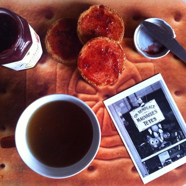On remplace les mauvaises têtes #paris #breakfast #postcard #montmartre #tea #cup #marmalade