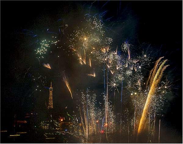 Un encuentro de amor francés en One Night Stand de Cai Guo-Qiang: evento de explosión para Nuit Blanche, realizado sobre el Rio Sena, entre el Louvre y el Musée d'Orsay, Paris, Francia, 5 de Octubre, 2013. Foto de Lin Yi, cortesía Cai Studio.
