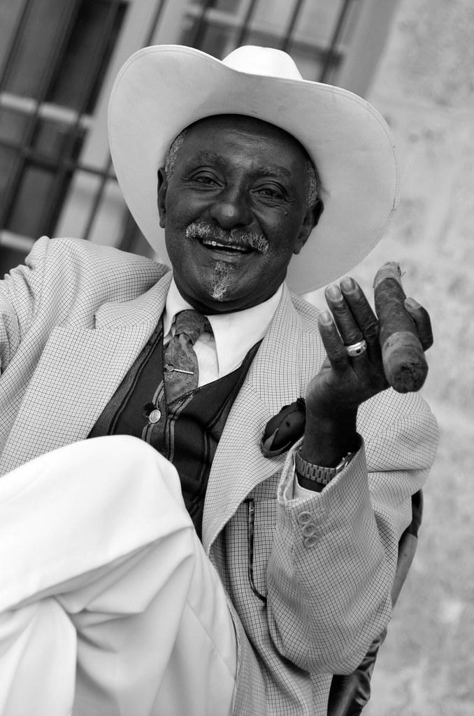 Fumando el puro más grande de La Habana en Cuba