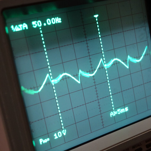 Oscilloscope_Old Network Switch On_Subwoofer Off_F50_Pin5_1 オシロスコープの画面を撮影した写真。ノイズ波形が表示されている。