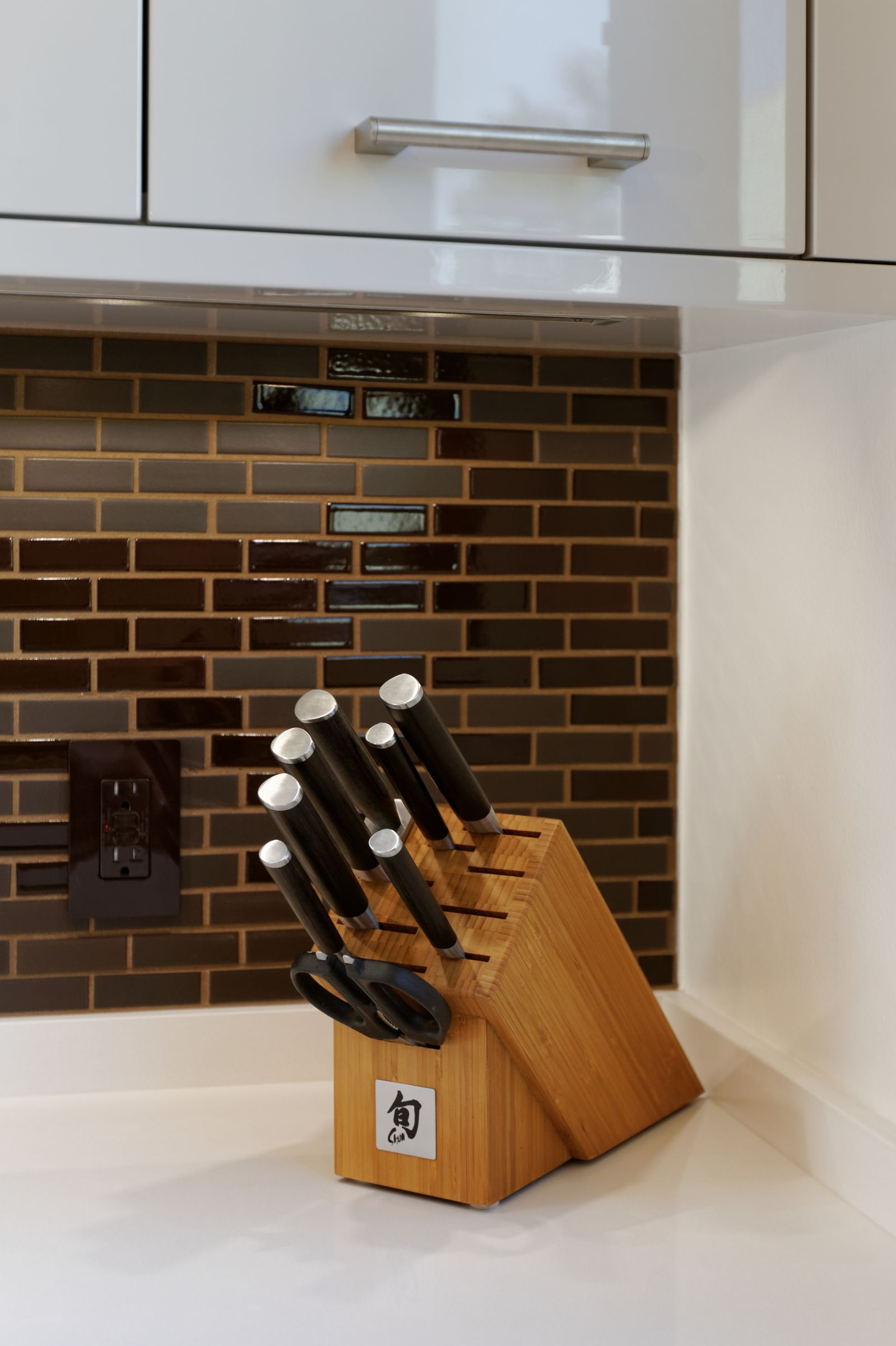 Even the knife block appears dramatic set in this beautiful uncluttered space.