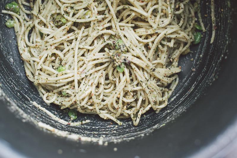Spaghetti com Favas e Pesto de Hortelã e Amêndoas