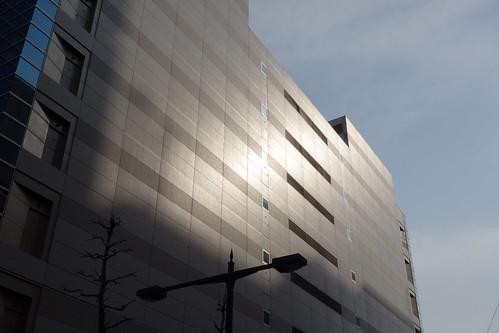 "Ikebukuro_3 池袋駅西口側で撮影した ""メトロポリタンプラザビル"" の写真。 壁面が西陽に照らされている。"