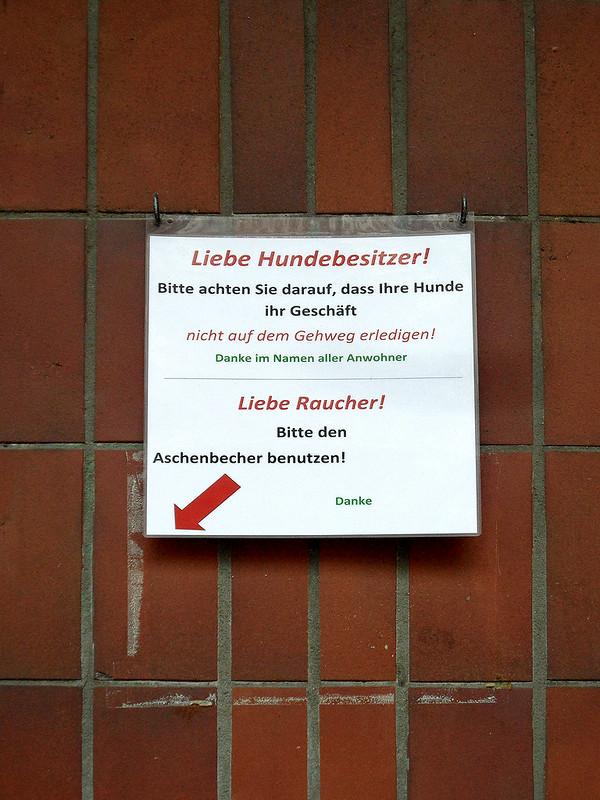 Hinweisschild für Raucher und Hundebesitzer