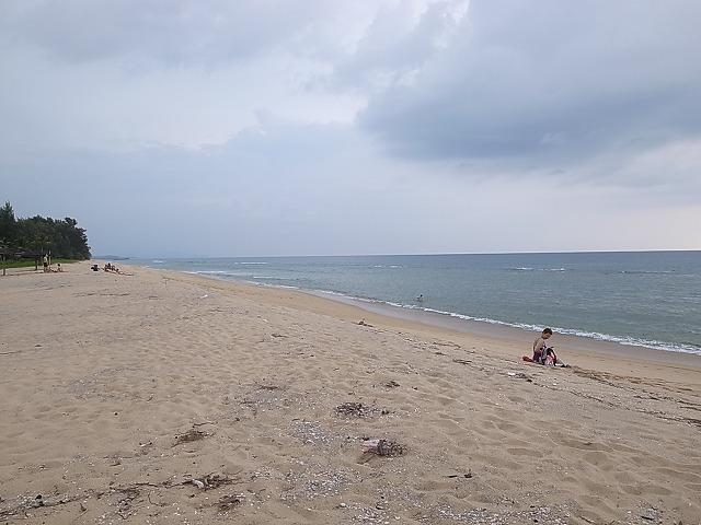 <p>j)<br /> 砂丘を上りきると海が開けて見えます</p>
