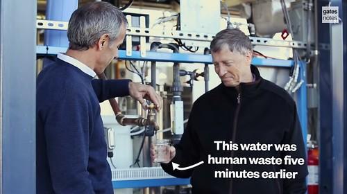 比爾蓋茲喝下處理過的水。圖片來源:gatesnotes
