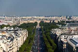 Vue sur les Champs Elysées et le Palais du Louvre depuis le sommet de l'Arc de Triomphe