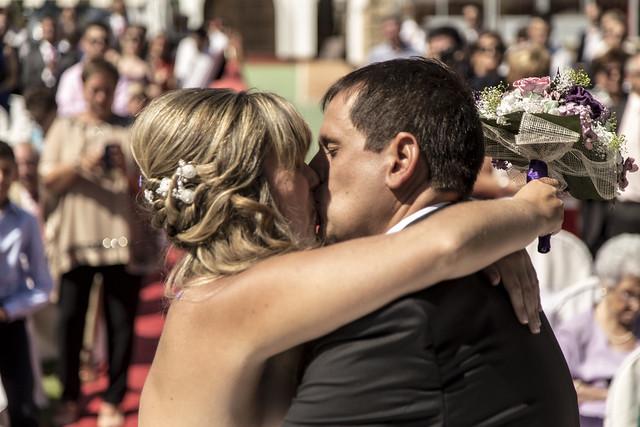 Beso en la boda de Sele y Rebeca