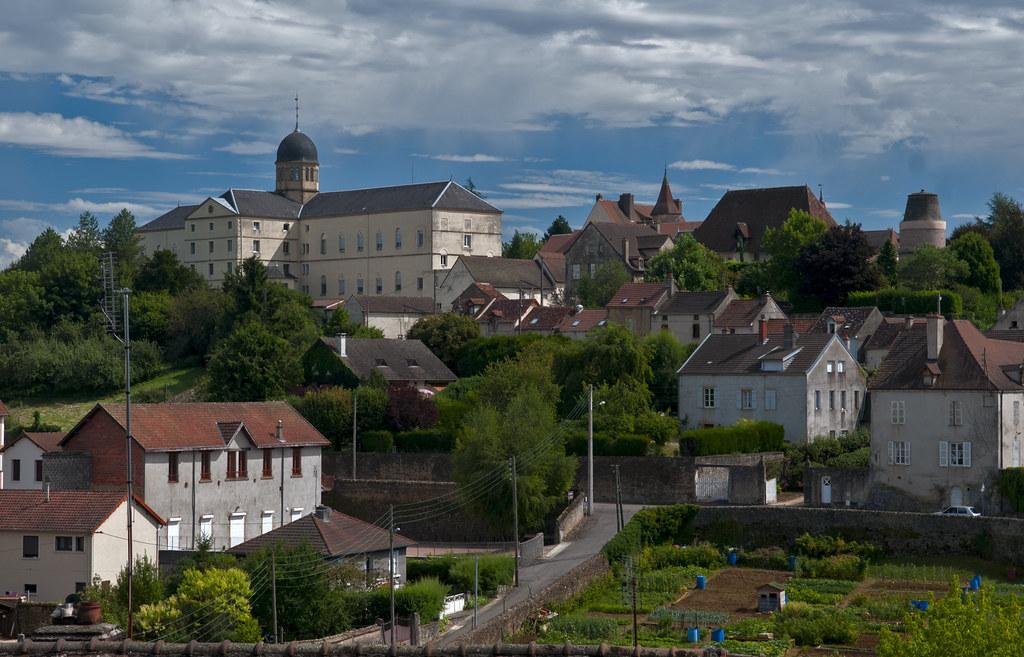 Charrolles, Frankrijk, Bourgondië, regio Charrollais, gezicht vanaf de vestingwal met groentetuinen