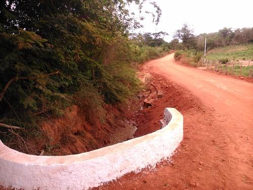 Jânio Quadros: Prefeitura realiza melhorias em trecho destruído pelas chuvas na estrada que liga ao município vizinho de Piripá.
