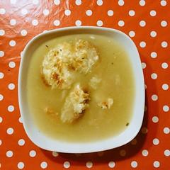 Sopa de cebolla con brandy, pan y queso.