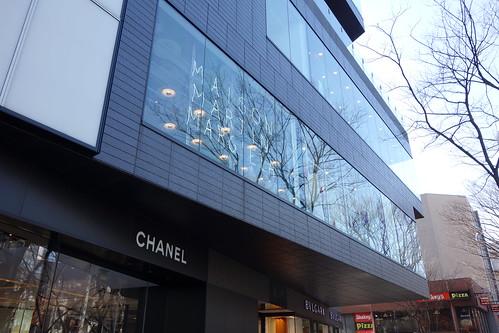 "Shibuya_9 表参道のビルディングを撮影した写真。 ""GYRE"" である。"