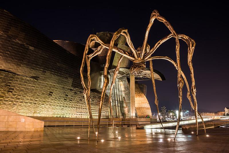 Guggenheim, la araña de noche