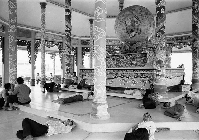 SAIGON 1968 - Gypsy-like refugees (3/7) - Photo by Kyoichi Sawada - Chùa Hòa đồng Tôn giáo