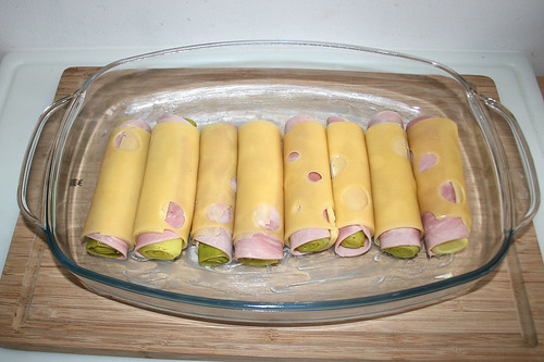 24 - Umwickeltes Lauch in Auflaufform legen / Put wrapped leek in casserole