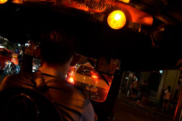 Interior de un tuktuk por las calles de Bangkok en la noche