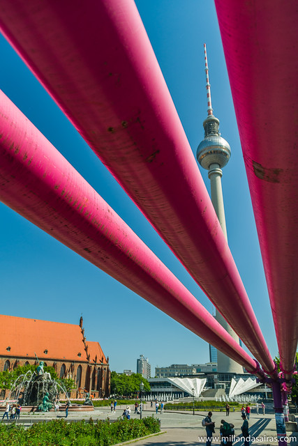 Torre de televisión y tuberías rosas