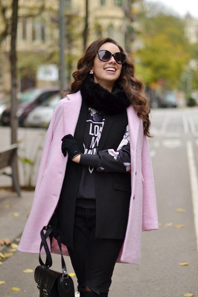 Apuesta por un abrigo rosa claro en tu look invernal