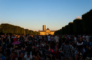 Foule sur le Champs de Mars en attendant le feu d'artifice du 14 Juillet à la Tour Eiffel