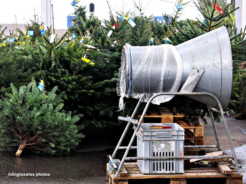 Christmas tree wrapping machine