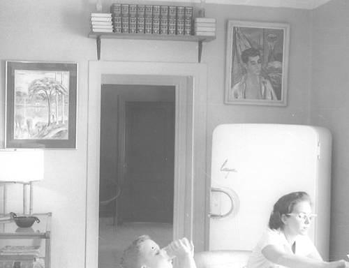 Foto de Guillermo G. Marmol hijo tomando jugo en su casa de La Habana, en 1960. Foto Reuters