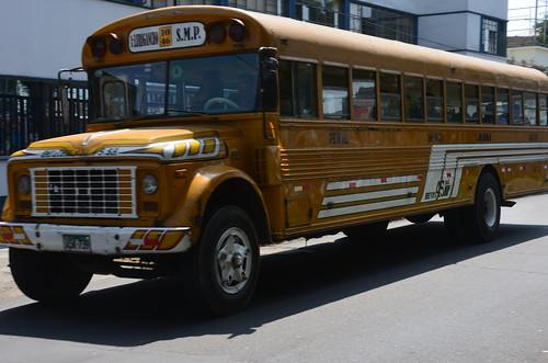 Ein alter, aber gepflegter Bus in den Strassen von Lima.