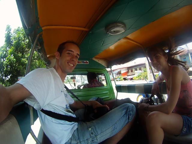 Montados a bordo del tuktuk que nos dio el tour por Ayutthaya
