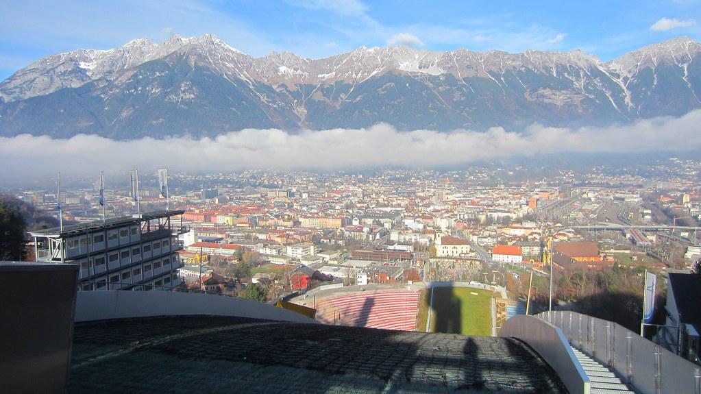 Schanzentisch der Bergiselschanze mit Blick auf Innsbruck