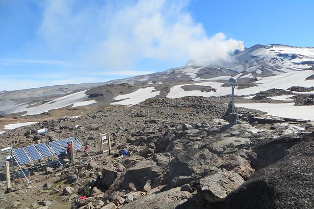 Instalación de equipos de monitoreo en el volcán Copahue (8)