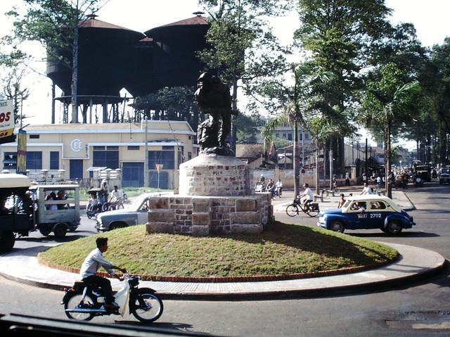 SAIGON 1967 - Tượng đài Chiến sĩ Vô danh tại giao lộ Hồng Bàng-Tổng Đốc Phương - Photo by Clyde C. Fletcher