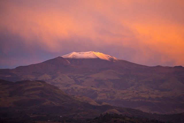 Volcán Puracé iluminado por el atardecer