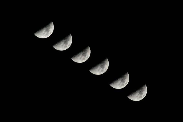 上弦の月_連続  The waxing moon