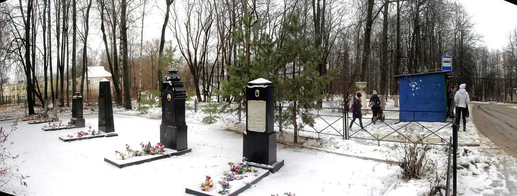 Мемориальное кладбище на автобусной остановке. Клин, Майданово