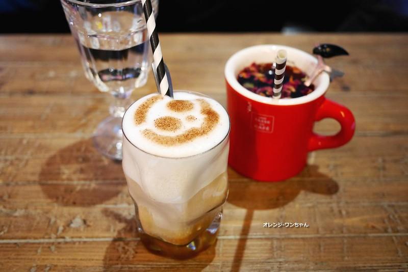 16017314660 3f74ac69b8 c - LOVE PEACE CAFE │西屯區:超華麗工業風咖啡空間~黑白條紋店貓COOPER假日當家~還有老闆單人製作美麗拉花特調咖啡加精緻限量手作甜點