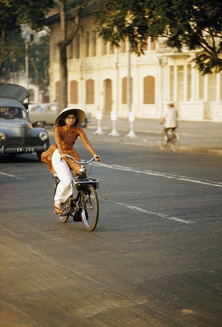 SAIGON 1961 - Cô gái chạy xe Vélo Solex. Photo by Wilbur E. Garrett