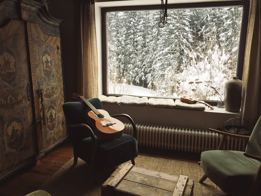 manlul_austria_snow_guitar_cozy_house_