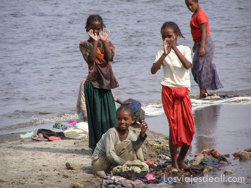 lagos de etiopia niñas lavando ropa