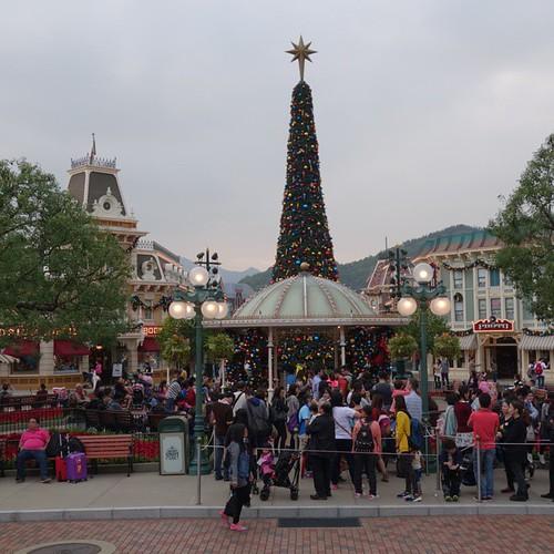 クリスマスツリーが大きい。