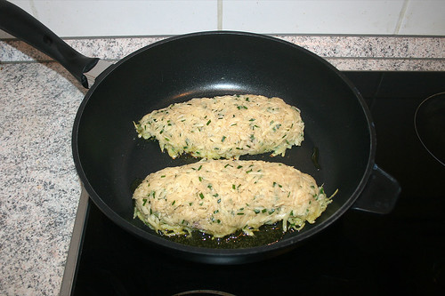 27 - Ummantelte Hähnchenbrust in Pfanne geben / Put coated chicken breasts in pan