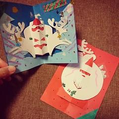 長男が作ってきたクリスマスカード 青が自分の。赤は次男に。 今晩はこれにほしい物を書かなくちゃな