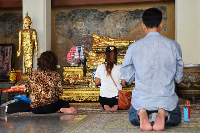 Oraciones junto al buda gigante de Bangkok