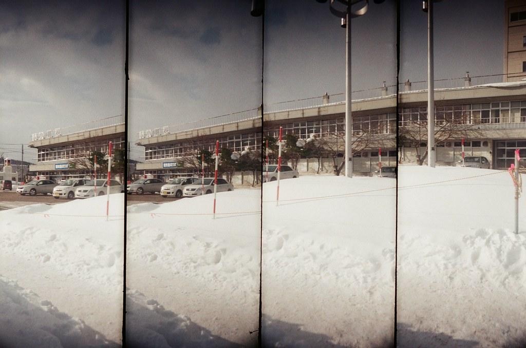 小樽港 Otaru, Japan / AGFA VISTAPlus / SuperSampler Dalek 2016/02/02 雖然此刻才在分享,但看到冬天雪地的照片,還是會想起冷冷的天氣。  我記得在小樽車站後方的住宅區走了好久,一直刻意轉入巷子內,一直觀察在雪地生活的環境。  看起來下雪比下雨麻煩,因為雨水會自己匯流到低處,但雪,就沉沉的堆積在落下的地方。  沉沉的堆積前的畫面是輕盈的飄落,所以下雪的畫面卻比下雨美。  SuperSampler Dalek AGFA VISTAPlus ISO400 8266-0016 2016-01-31~2016-02-05 Photo by Toomore