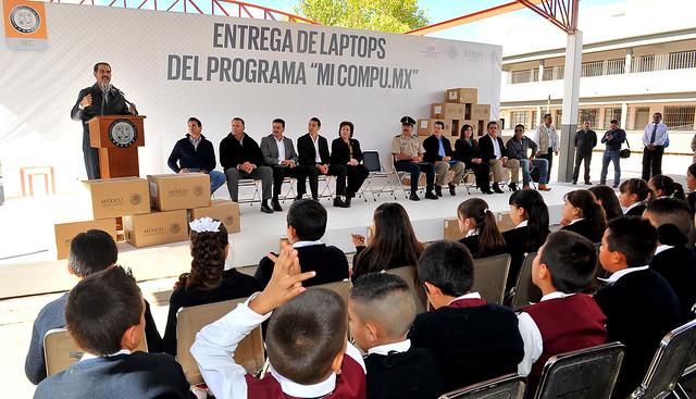 Guillermo Padrés llevó acabo la entrega de computadoras en Agua Prieta.