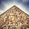 Tomada desde cualquiera  de sus esquinas la Gran Pirámide, realizada con millones de bloques de entre 2 y 14 toneladas de peso apunta al dios Ra. Esa es la razón de la forma piramidal de la gigantesca tumba.
