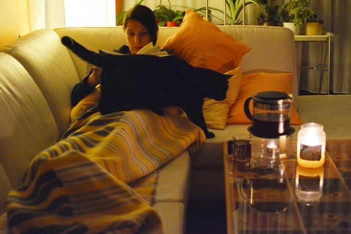 Couch_Lesen_Tee_Katze