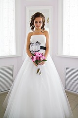 quinceaã±era(0.0), bridesmaid(0.0), bride(1.0), bridal party dress(1.0), bridal clothing(1.0), gown(1.0), clothing(1.0), woman(1.0), wedding dress(1.0), dress(1.0),